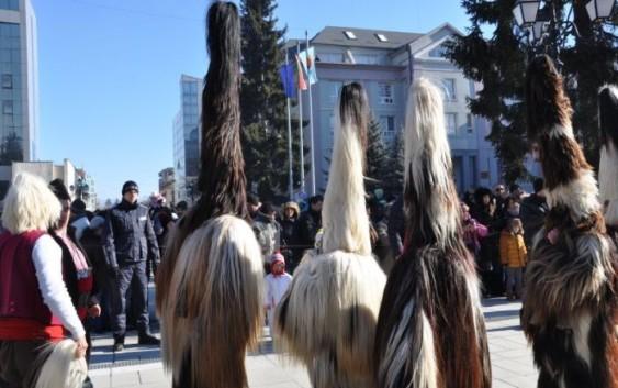 Новогодишен кукерски карнавал в Разлог-традицията е жива